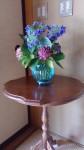 玄関には色づいてきた紫陽花を。花器は、頂きものの新潟のおいしいお酒が入っていたガラスの容器です。